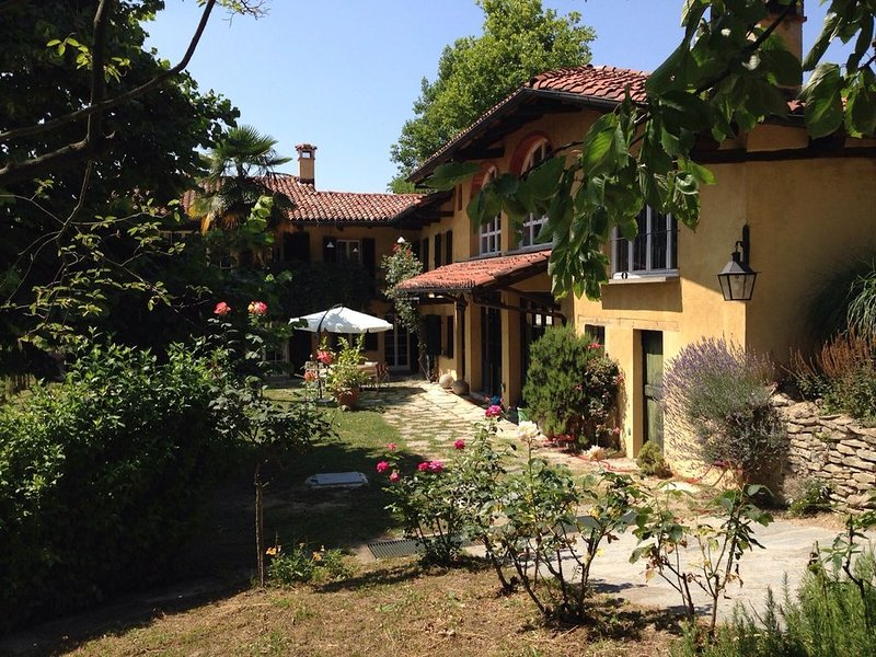 Country House on the Langhe Hills stunning view/ sauna, vakantiewoning in Bonvicino