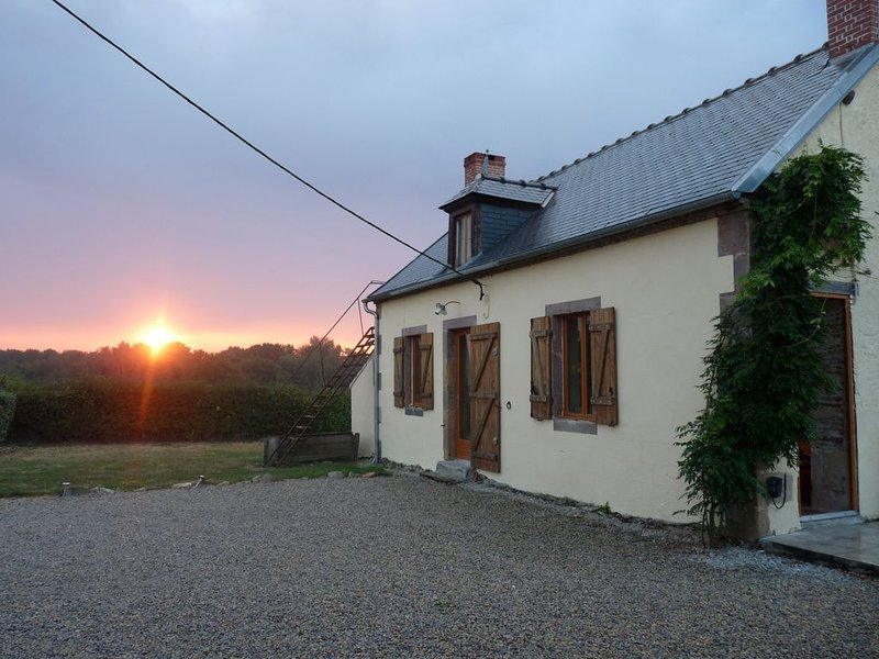 Rural Cottage With Private Pool In Large Garden, holiday rental in Cerilly