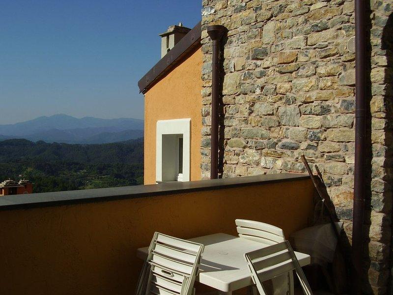 Appartamento bilocale con piscina e terrazza nelle vicinanze delle CINQUE TERRE, holiday rental in Beverino