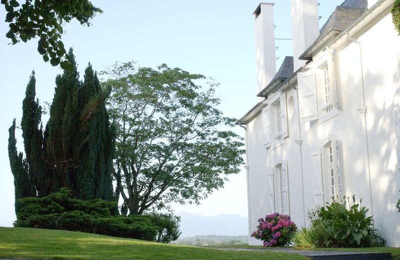 Clos Mirabel Idyllic C18 Manor House B&B or Whole House + pool sleeps 10+  PAU, vacation rental in Communaute d'Agglomeration Pau-Pyrenees