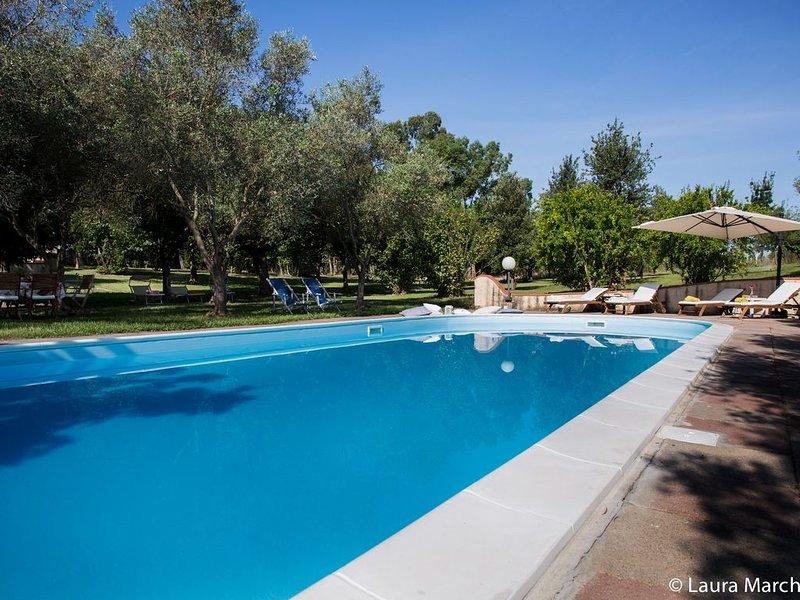 Villa con piscina in un parco di 7000 mq, ospita fino a 30 persone, vacation rental in Province of Carbonia-Iglesias