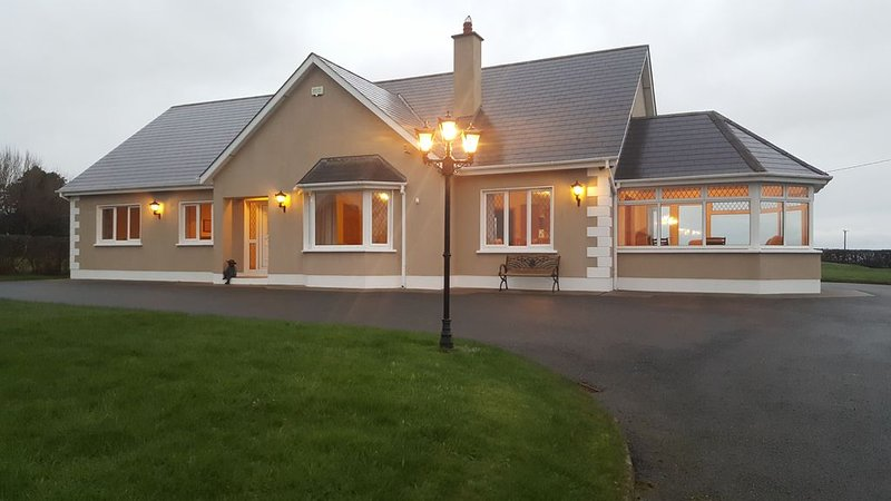 Spacious and bright family friendly home, safe and secure in central location., vacation rental in Rosslare Harbour