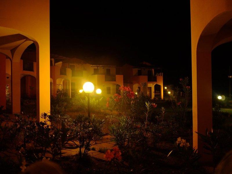 Appartamento con giardino in residence con piscina, location de vacances à Santa Maria Coghinas