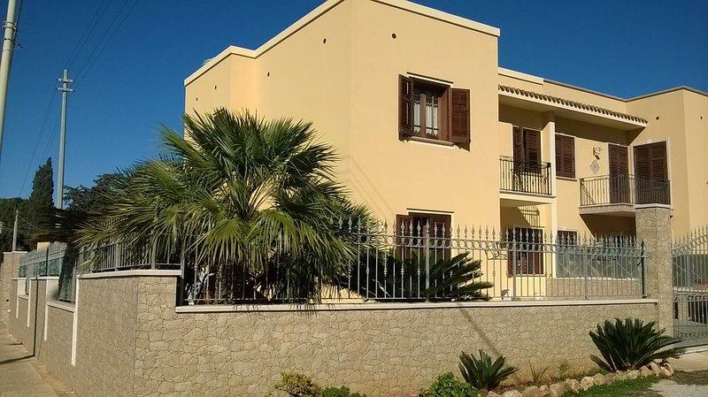 Casa indipendente con giardino vicino al mare, holiday rental in Castelluzzo