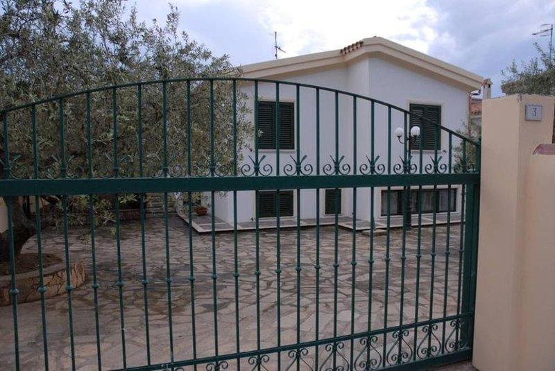 Appartamento seminterrato finestrato freschissimo in estate - I.U.N. Q1247, holiday rental in Cala Ginepro
