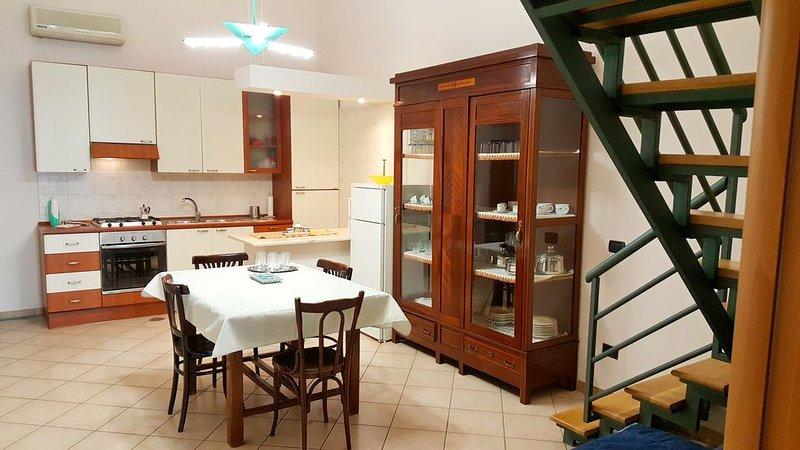 Spazioso appartamento completamente ristrutturato a pochi passi dal mare, holiday rental in Castellammare Di Stabia