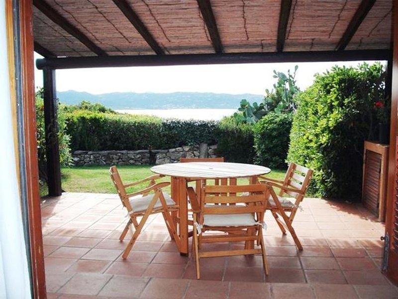 CARATTERISTICO BILOCALE A POCHI PASSI DAL MARE CON GIARDINO, vacation rental in Baia Sardinia