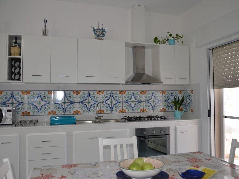 Location dallo stile moderno e di lusso a 80 metri dal mare, holiday rental in Maruggio