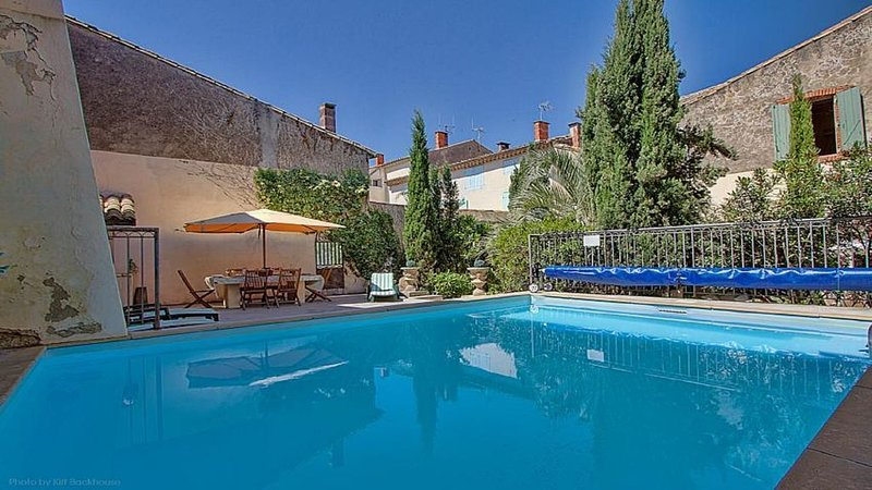 Large attractive house in lively friendly village in the heart of the Languedoc, aluguéis de temporada em Poilhes