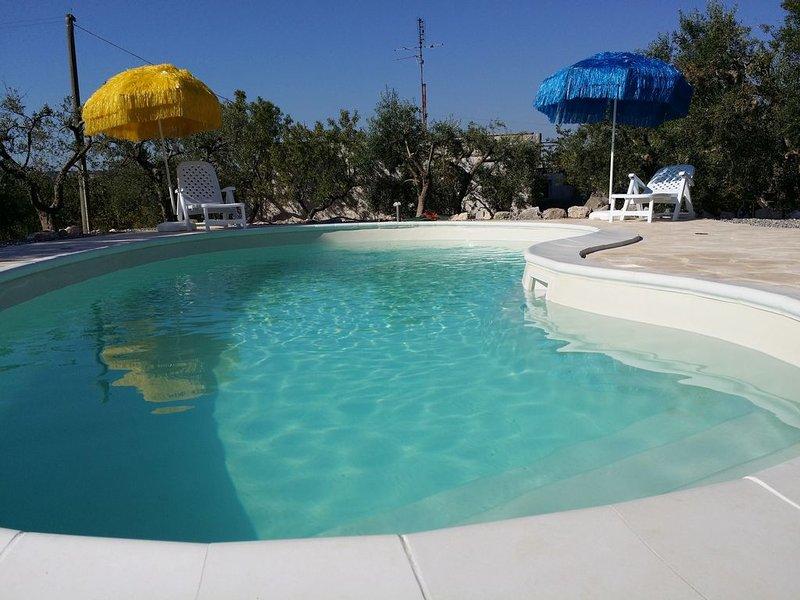 'VILLA TINA' - VILLA E TRULLO TRA MANDORLI E ULIVI - PISCINA -COMODO AI SERVIZI, holiday rental in Alberobello