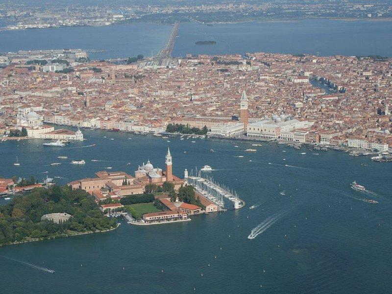 Appartamento panoramico in elegante palazzina veneziana '900, giardino privato, holiday rental in Lido di Venezia