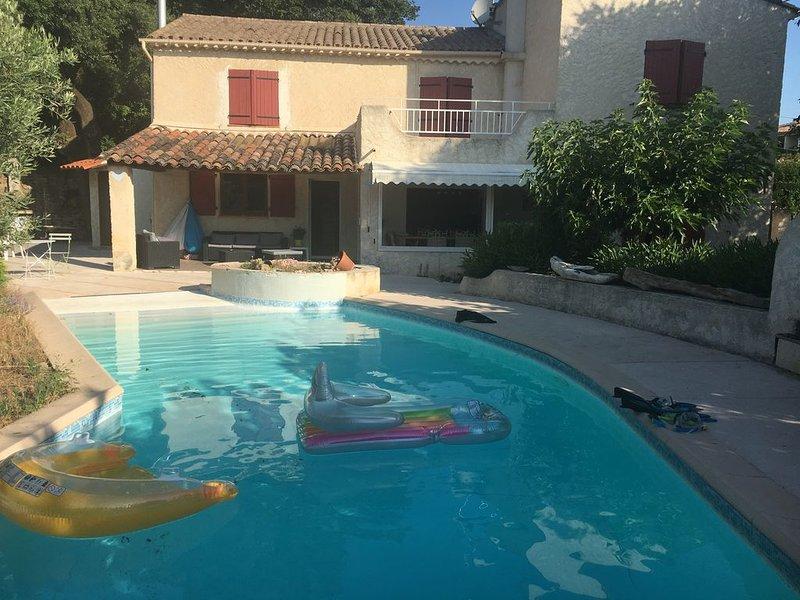 Grande Villa de caractère avec Piscine, 4 chambres, 3 salles de bain, 3wc, location de vacances à Draguignan