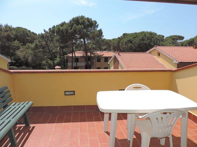 Bilocale con terrazza solarium a 150 metri dal mare, alquiler vacacional en Marina di Bibbona