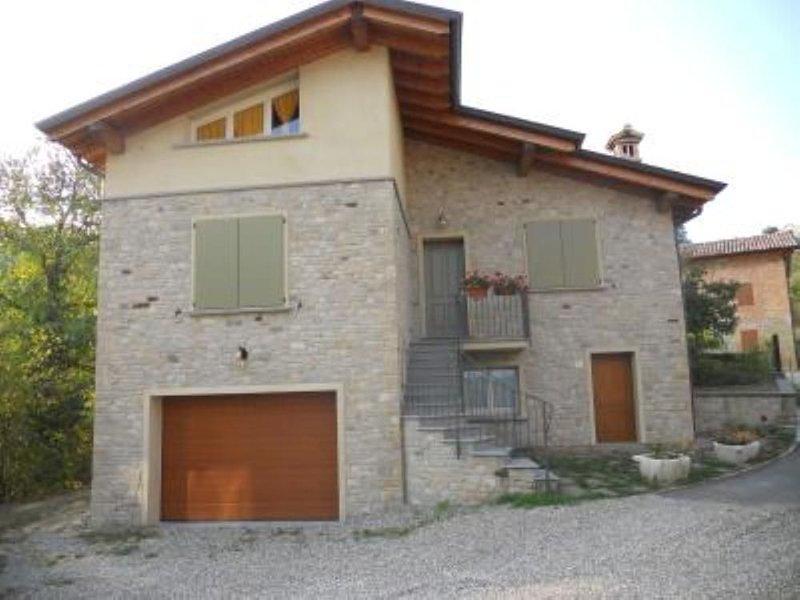 Casina: Antica casa in sasso a margine bosco, vacation rental in Baiso