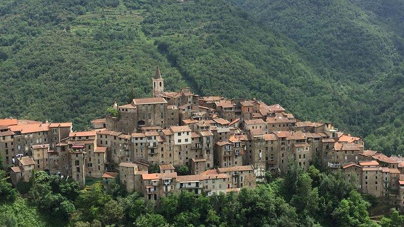Delizioso appartamentino a un passo dalla piazza di Apricale, holiday rental in Castel Vittorio