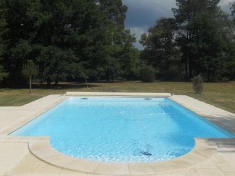 Maison de caractère dans un airial de 1 hectare avec piscine chauffée, vacation rental in Grignols