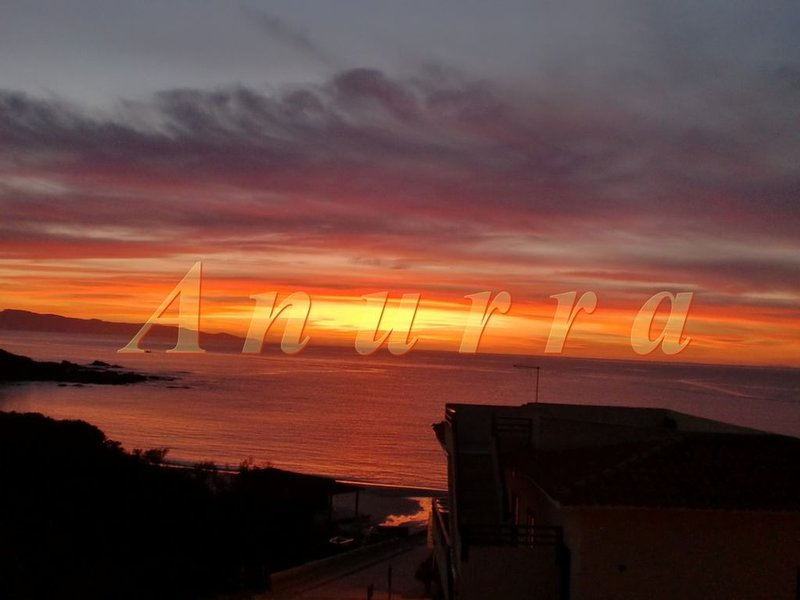Sardegna-Isola Rossa4: a 30 m dalla spiaggia, alquiler vacacional en Paduledda