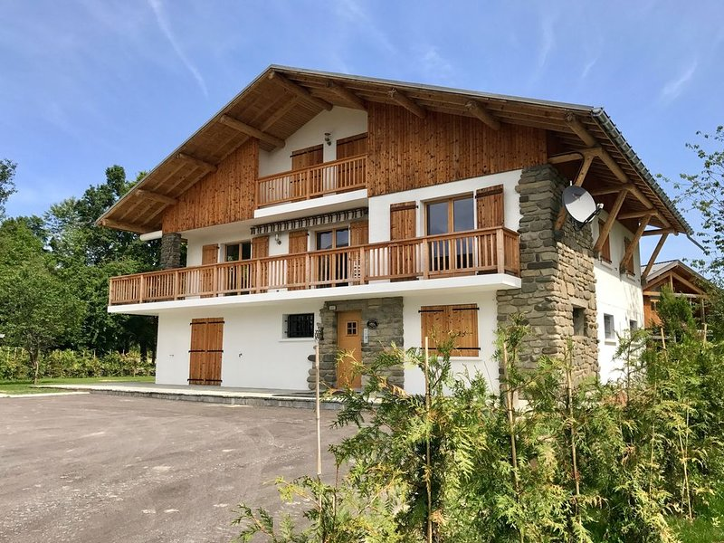 Apt 2 Chalet Cyclamen, Les Carroz D'Araches with Wifi, Sauna and Parking, holiday rental in Magland