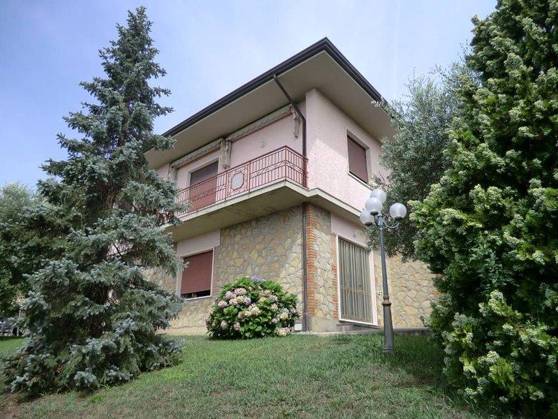 VILLA ORTENSIA in Versilia, PISCINA PRIVATA vista mare e lago Puccini, holiday rental in Piano di Mommio