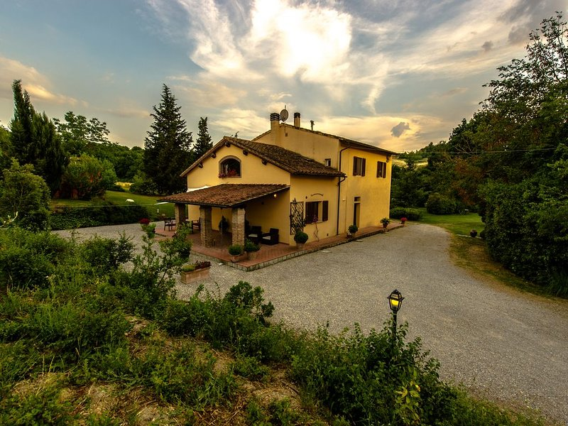 The country house in the middle of a small green valey – semesterbostad i Empoli