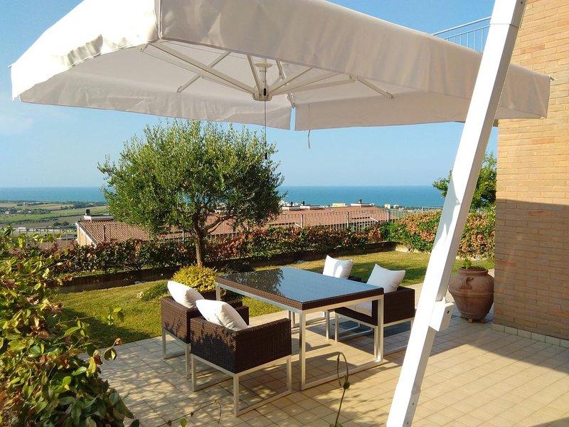 Appartamento in collina con vista mozzafiato sul mare-spiaggia a 1 km, holiday rental in San Costanzo