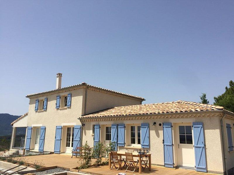 Luxueuze nieuwbouwvilla  met overloop zwembad en panoramisch uitzicht, vacation rental in Les Salelles