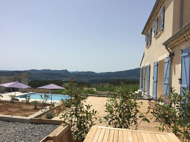 nieuwbouw villa met overloop zwembad en uniek uitzicht, vacation rental in Les Salelles