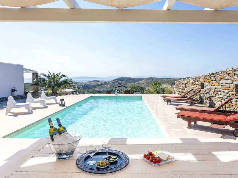 Elegant and charming Villa Petra & Thea with a swimming pool and great sea view., holiday rental in Kea