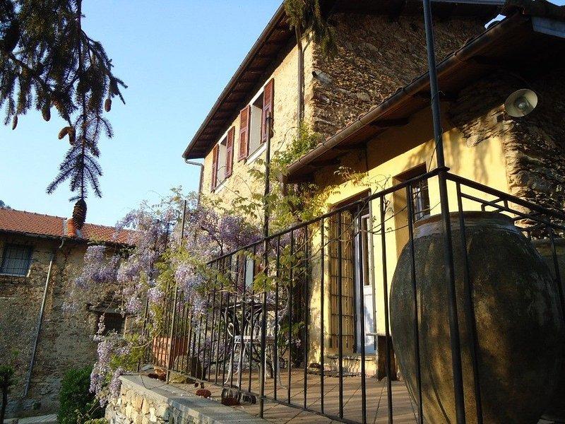 Casa MOANO - rustico in Liguria di Ponente con terrazza, giardino e posto auto, vacation rental in Pieve di Teco