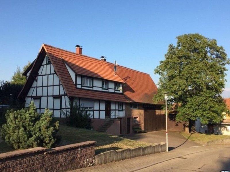 Möblierte 2-Zimmer Wohnung Apartment FeWo auf Zeit Ettlingen, vacation rental in Marxzell