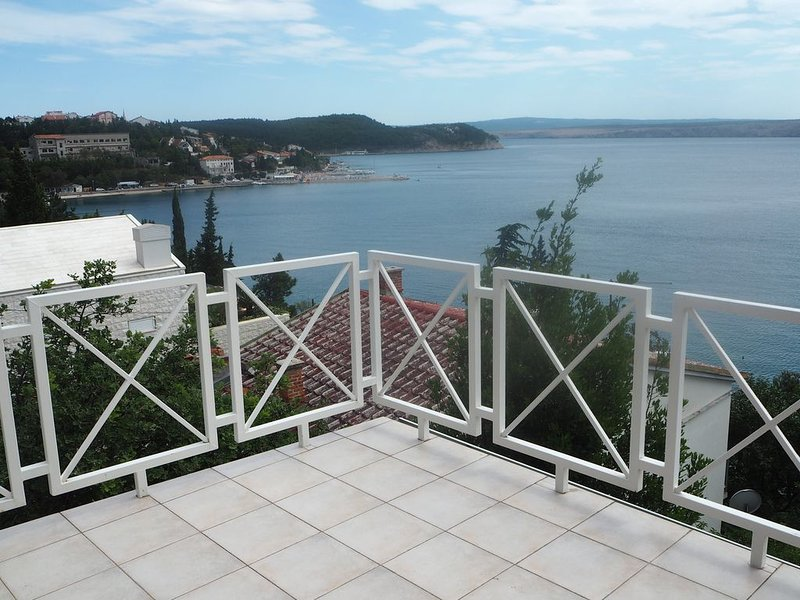 Romantische Dachterrassenwohnung mit großer Terrasse direkt am Meer, holiday rental in Jadranovo