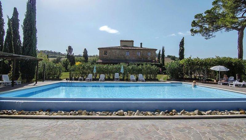Wohnung mit schöner vom Pflanzen überdachten Terrasse, vacation rental in Torrita di Siena