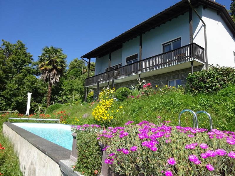 Erleben Sie Palmen, Pool und Panorama: Casa Belsito, Orselina, am Lago Maggiore, casa vacanza a Lago Maggiore