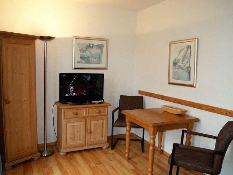 Schön möbliertes, renoviertes Studio mit Terrasse und Seeblick direkt am See, holiday rental in Sellin