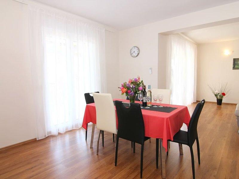 alleinstehendes Ferienhaus Nada 3 mit privatem Pool, Meerblick, Klima und WLan, holiday rental in Kastelir
