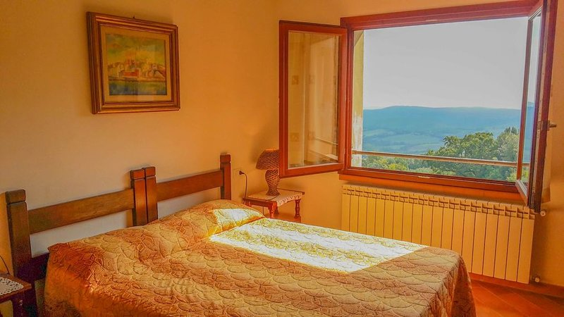 Dreiraumwohnung mit Terrasse und wunderbarem Blick, holiday rental in Lustignano