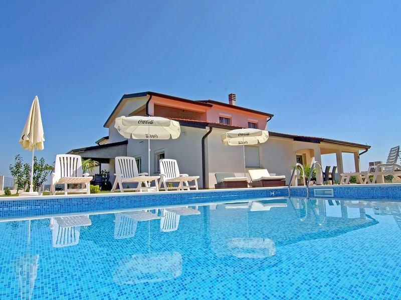Ferienwohnung Denis in Swimmingpool-Villa Kastel 2 in guter Lage nördlich Umag, holiday rental in Buje