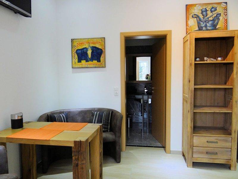 Schönes Eckwinkelzimmer mit Schlafnische, holiday rental in Obernburg