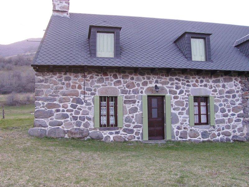 Maison de campagne typique au coeur du Parc Naturel des Volcans d'Auvergne, aluguéis de temporada em Saint-Bonnet-de-Salers