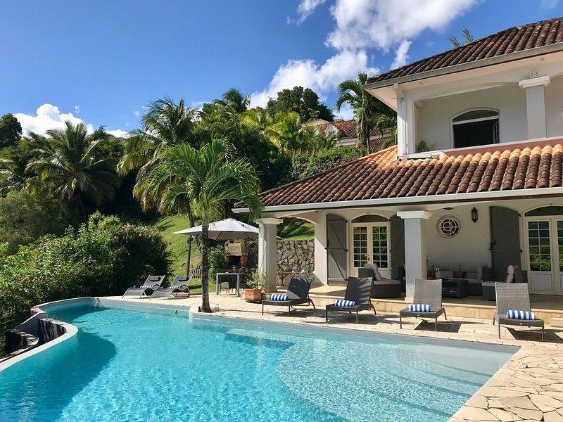 Villa standing, 8 personnes, 4 chambres, piscine à débordement, vue mer et golf, location de vacances à Trois-Ilets