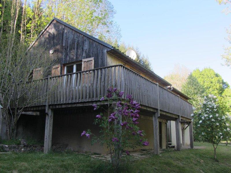 CHALET au coeur de la Forêt proche LARZAC MILLAU, aluguéis de temporada em Alzon
