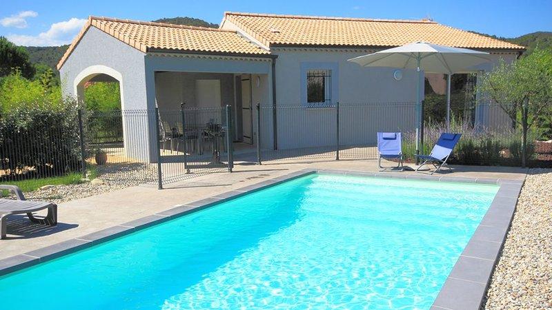 Superbe Villa 4 personnes, piscine privative, climatisation, TBéquipement, calme, location de vacances à Vallon-Pont-d'Arc
