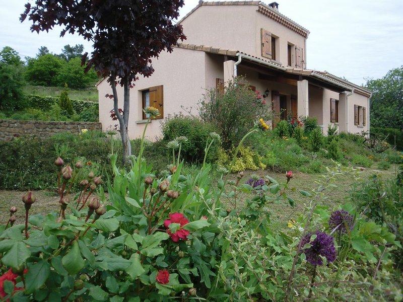 Villa dans un écrin de verdure Ardèche du Sud baignée par le chant des cigales, holiday rental in Beaumont