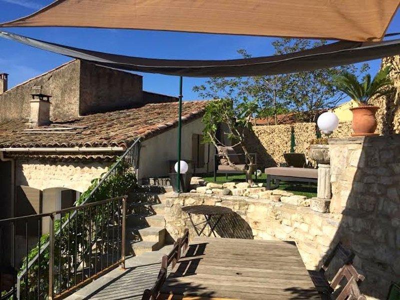 MAISON DE CHARME EN PIERRE, 3km D'AIX EN PROVENCE, AU SEIN D'UN HAMEAU PROVENÇAL, holiday rental in Eguilles