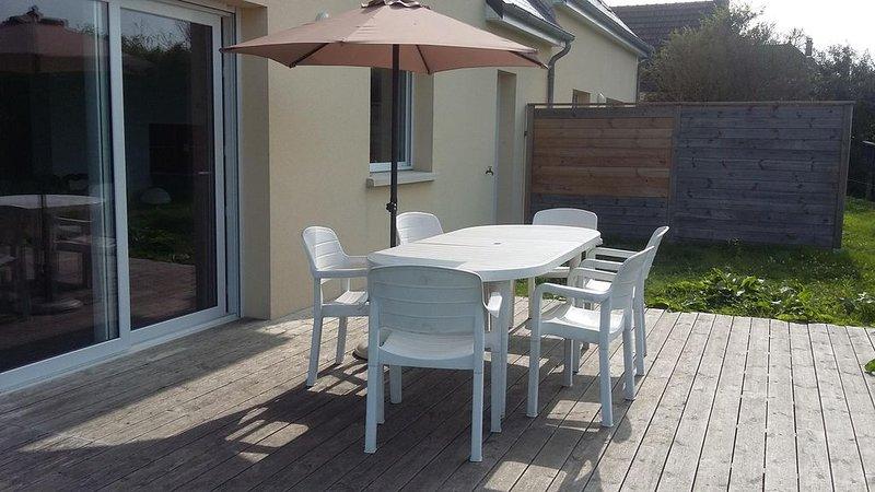 Belle maison avec terrasse et jardin à 100m de la plage, casa vacanza a Saint-Floxel