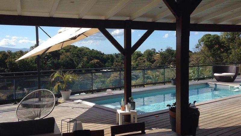 Maison moderne avec piscine et vue montagnes, aluguéis de temporada em Les Abymes