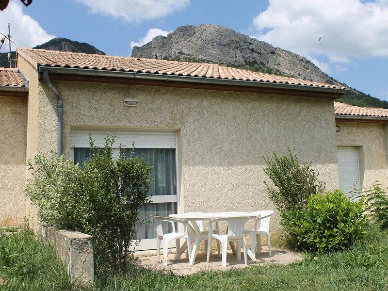 Gite + terrasse 4 personnes, Drôme Provençale, petits commerces au village, vacation rental in Saint-Andre-de-Rosans