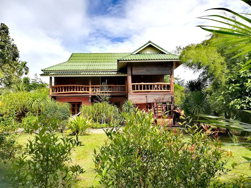 Amélia's Thai Villa - Private pool & tropic garden, holiday rental in Pak Nam