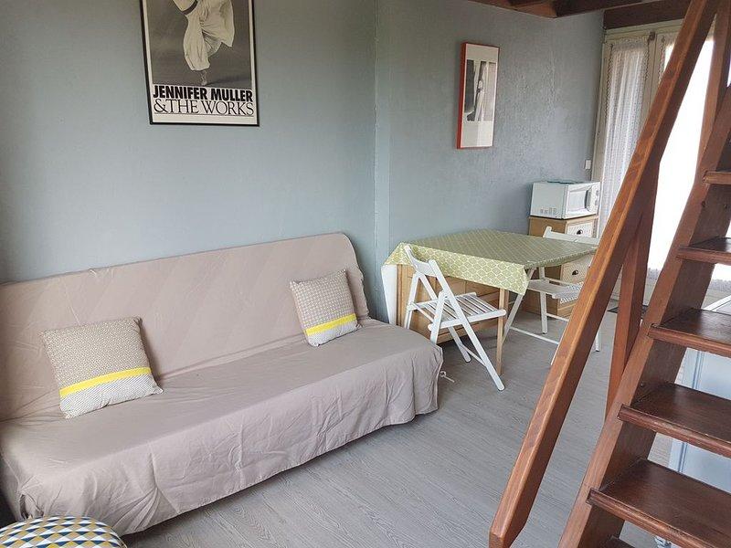 Charmant T1 entièrement rénové, avec grande terrasse, au coeur de Giens., location de vacances à Hyères