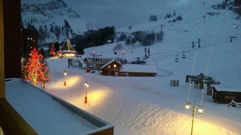 zicht op het balkon naar het kantoor en de sneeuwzijde